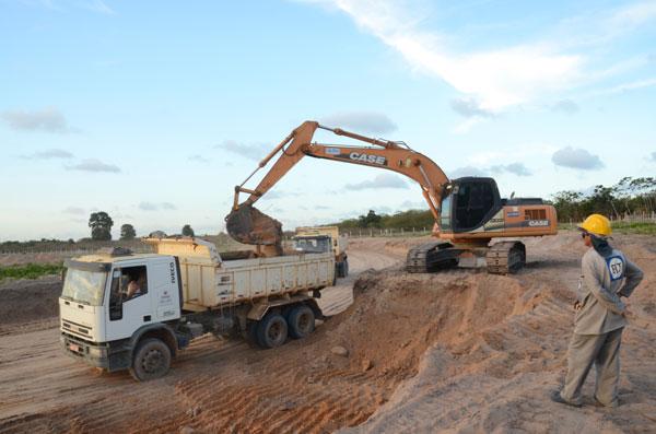 Koparka i samochód ciężarowy w trakcie pracy